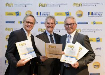 Landesrat Mag. Karl Wilfing präsentierte gemeinsam mit dem ehemaligen (Andreas Hartl, links) und neuen Vorsitzenden des Forums Erwachsenenbildung NÖ (LAbg. Karl Bader, rechts) eine Bilanz und einen Ausblick dieser Einrichtung.