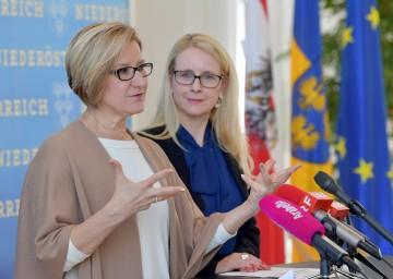Landeshauptfrau Johanna Mikl-Leitner und Bundesministerin Margarete Schramböck bei der Pressekonferenz im Anschluss an das Arbeitsgespräch im NÖ Landhaus in St. Pölten.