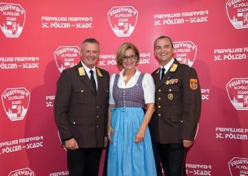 Landeshauptfrau Johanna Mikl-Leitner (Mitte) gratulierte dem Kommandanten Dietmar Fahrafellner (links) und seinem Stellvertreter Max Ovecka (rechts) zum Jubiläum der Freiwilligen Feuerwehr St. Pölten-Stadt.