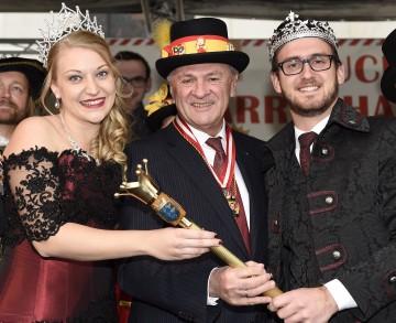 Landeshauptmann Dr. Erwin Pröll (Mitte) mit dem neuen Landesprinzenpaar Lisa-Marie I. und Swen I. aus Bruck an der Leitha. (v.l.n.r.)