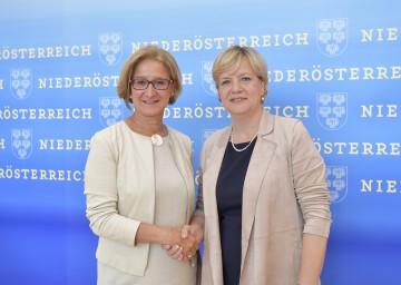 Landeshauptfrau Johanna Mikl-Leitner und Landesrätin Barbara Schwarz zum Ausbau der Kinderbetreuung in Niederösterreich.