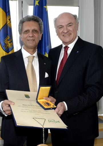 Landeshauptmann Dr. Erwin Pröll (rechts) überreichte Prof. Bijan Khadem-Missagh (links) das Große Goldene Ehrenzeichen für Verdienste um das Bundesland Niederösterreich.