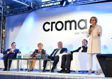 Landeshauptfrau Johanna Mikl-Leitner nahm die Eröffnung der neuen Firmenzentrale der Firma Croma vor. Im Bild sitzend von links nach rechts: Andreas Prinz, Karin Prinz, Gerhard Prinz und Martin Prinz.