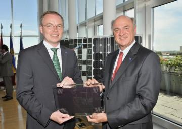 """Landeshauptmann Dr. Erwin Pröll und Landesrat Dr. Stephan Pernkopf präsentierten heute das \""""1.000 Dächer-Programm\"""" für den weiteren Ausbau von Photovoltaik in Niederösterreich."""