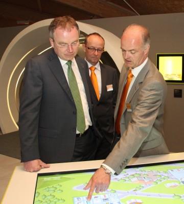 Das Energieprojekt SONNENWELT in Großschönau, das erneuerbare Energie begreifbar macht, hat den Österreichischen Klimaschutzpreis gewonnen. Im Bild: Landesrat Dr. Stephan Pernkopf mit Martin Bruckner (rechts im Bild) bei der Eröffnung der SONNENWELT im Mai letzten Jahres.