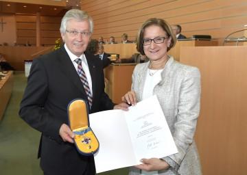 Der ehemalige Landtagsabgeordnete DI Willibald Eigner, der auch die Dankesworte sprach, erhielt aus den Händen von Landeshauptfrau Johanna Mikl-Leitner das Silberne Komturkreuz des Ehrenzeichens für Verdienste um das Bundesland Niederösterreich. (v.l.n.r.)