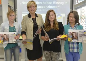 """Landesrätin Mag. Barbara Schwarz berichtete zum Thema \""""Neue Medien halten Einzug in das Klassenzimmer\""""."""
