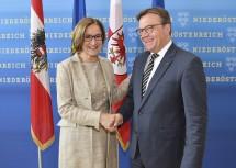Landeshauptfrau Johanna Mikl-Leitner mit dem Tiroler Landeshauptmann Günther Platter.