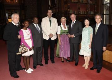 Einen schönen Konzertabend in Grafenegg genossen Landeshauptmann Dr. Erwin Pröll (3.v.r.) und seine Gattin Elisabeth (4.v.r.) mit zahlreichen Exzellenzen und Botschaftern aus 50 Nationen.