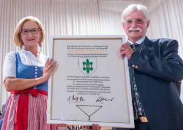 Landeshauptfrau Johanna Mikl-Leitner überreichte die Wappenurkunde an Bürgermeister Hermann Gindl.