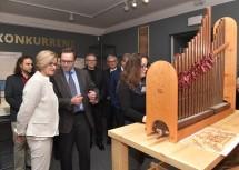 Landeshauptfrau Johanna Mikl-Leitner und Kurator Falko Daim beim Ausstellungsrundgang.
