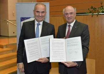 Der wiedergewählte IV-NÖ-Präsident DI Johann Marihart und Landeshauptmann Dr. Erwin Pröll unterzeichneten das erneuerte Kooperationsabkommen zwischen dem Land Niederösterreich und der Industriellenvereinigung Niederösterreich. (v.l.n.r.)