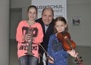 """Landeshauptmann-Stellvertreter Mag. Wolfgang Sobotka freut sich gemeinsam mit den jungen Talenten auf den """"Tag der Musikschulen""""."""