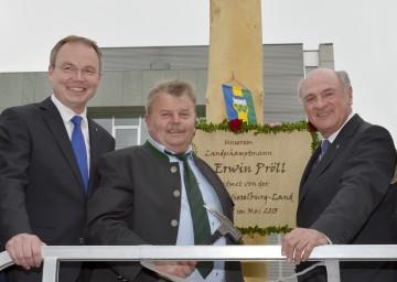 Landesrat Dr. Stephan Pernkopf, Bürgermeister Karl Gerstl und Landeshauptmann Dr. Erwin Pröll (von links) vor dem Maibaum im NÖ Landhaus