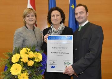 Im Bild von links nach rechts: Landesrätin Mag. Barbara Schwarz, Gabriele Brandstetter aus Ulmerfeld, Alexander Bernart (Direktor der AUVA-Landesstelle Wien)