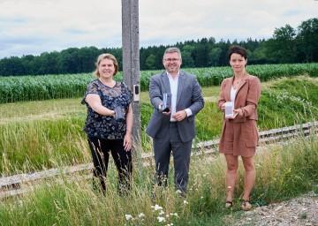 Lokalaugenschein bei der innovativen Wildwarnanlage in Schwadorf (v.l.): Niederösterreich Bahnen Geschäftsführerin Barbara Komarek, Mobilitätslandesrat Ludwig Schleritzko und Geschäftsführerin NÖ Jagdverband Sylvia Scherhaufer.