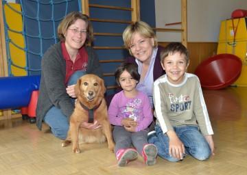 Tiergestützte Pädagogik: Hundetrainerin Michaela Frassine, Therapie-Hund Hugo, Landesrätin Mag. Barbara Schwarz mit Kindern im Kindergarten Zinzendorf. (v.l.n.r.)