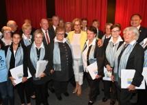Die Ehrengäste mit den Mitgliedern des Fischamender Stadtchores, der den Festakt musikalisch gestaltete.