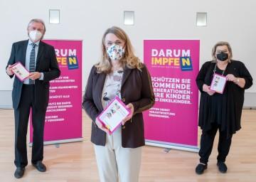 Universitätsprofessor Karl Zwiauer (v.l.), Gesundheitslandesrätin Ulrike Königsberger-Ludwig und Sanitätsdirektorin Irmgard Lechner machten auf das Kinderimpfprogramm in Zeiten der Pandemie aufmerksam.