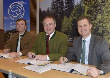 Dr. Christoph Leditznig, Landesrat Dr. Stephan Pernkopf und Dr. Georg Erlacher (v.l.n.r.) unterschrieben heute einen Vertrag zur Erweiterung des Wildnisgebiets Dürrenstein.