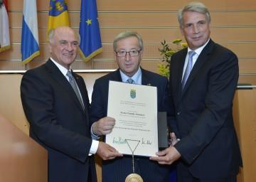"""Verleihung des \""""ERI Prix\"""" an Premierminister Jean-Claude Juncker durch Landeshauptmann Dr. Erwin Pröll und Rektor Dr. Jürgen Willer."""