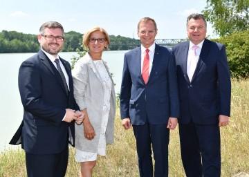 Vereinbarung über die neue Donaubrücke Mauthausen zwischen Niederösterreich und Oberösterreich: Landesrat Ludwig Schleritzko, Landeshauptfrau Johanna Mikl-Leitner, Landeshauptmann Thomas Stelzer und Landesrat Günther Steinkellner (von links nach rechts).