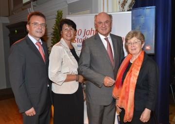 20 Jahre Stadterneuerung: DI Hubert Trauner, Obfrau Maria Forstner, Landeshauptmann Dr. Erwin Pröll und DI Ilse Wollansky.