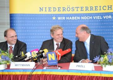 Battenfeld-Verkauf ist unter Dach und Fach. Im Bild: LH Dr. Erwin Pröll, der neue Eigentümer Werner Wittmann und Battenfeld-Geschäftsführer Georg Tinschert (v.r.n.l.).