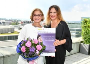 Die Künstlerin Natalia Ushakova präsentierte Landeshauptfrau Mikl-Leitner das neue Programm und übergab auch gleich persönlich die Einladung zum Konzert in der Sommerarena Baden.