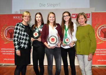 """Landesrätin Barbara Schwarz (links) und WKNÖ-Präsidentin Sonja Zwazl (rechts) gratulierten den Gewinnerinnen des """"Junior Sales Champion NÖ 2017"""":  Patricia Moser (Fa. Douglas, Krems, 2. Platz), Julia Grabner (Fa. Steinecker, Randegg, 1. Platz), Kristina Grossberger (Fa. Leiner, Amstetten, 3. Platz) (v.l.n.r.)"""