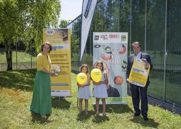 Familien-Landesrätin Christiane Teschl-Hofmeister und WKNÖ-Präsident Wolfgang Ecker freuen sich mit Emma und Hanna auf eine spannende Woche bei der 6. NÖ Kinder Business Week.