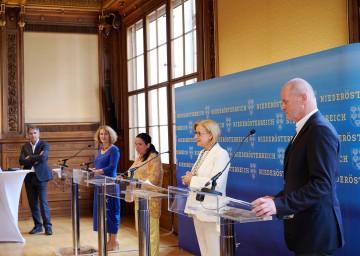 Im Bild von links nach rechts: NÖKU-Geschäftsführer Paul Gessl, Rektorin Ulrike Sych, die neue künstlerische Leiterin Maria Happel, Landeshauptfrau Johanna Mikl-Leitner und Bürgermeister Josef Döller.