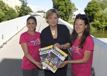 Die Läuferinnen Stefanie Gugerell (l.) und Alexandra Köszali (r.) freuen sich mit Landesrätin Mag. Barbara Schwarz auf den 11. NÖ Frauenlauf in St. Pölten