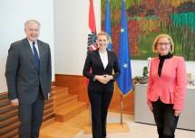 Landesrat Martin Eichtinger, Bundesministerin Christine Aschbacher und Landeshauptfrau Johanna Mikl-Leitner nach dem Arbeitsgespräch.