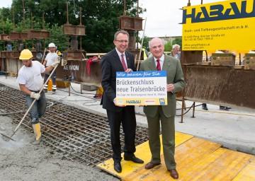 Landeshauptmann Dr. Erwin Pröll und Bürgermeister Mag. Matthias Stadler: Brückenschluss für neue Traisenbrücke in St. Pölten.