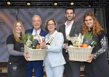 Landeshauptfrau Johanna Mikl-Leitner, flankiert von Bürgermeister Mag. Klaus Schneeberger und Stadtrat Udo Landbauer bei der Eröffnung des Marienmarktes in Wiener Neustadt (von links nach rechts)