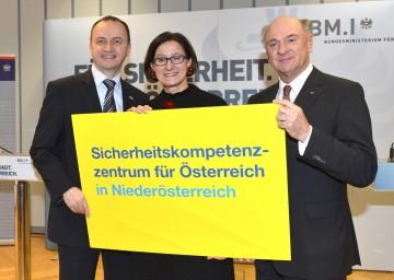 Pressekonferenz in Wr. Neustadt: Landeshauptmann Dr. Erwin Pröll, Innenministerin Mag. Johanna Mikl-Leitner, der Generaldirektor für öffentliche Sicherheit Konrad Kogler (v. r. n. l.)