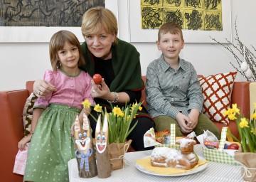 Landesrätin Mag. Barbara Schwarz mit Magdalena und Nikolas bei den Vorbereitungen zum Osterfest.