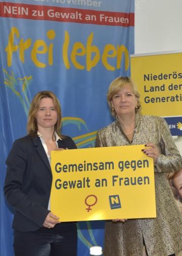 Gegen Gewalt an Frauen: Elisabeth Cinatl, Sprecherin der Frauenberatungsstellen Niederösterreich, und Frauen-Landesrätin Mag. Barbara Schwarz. (v.l.n.r.)