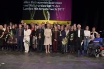 Landeshauptfrau Johanna Mikl-Leitner und Gastrednerin Bettina Hering mit den Würdigungspreisträgern und Anerkennungspreisträgern im Festspielhaus in St. Pölten