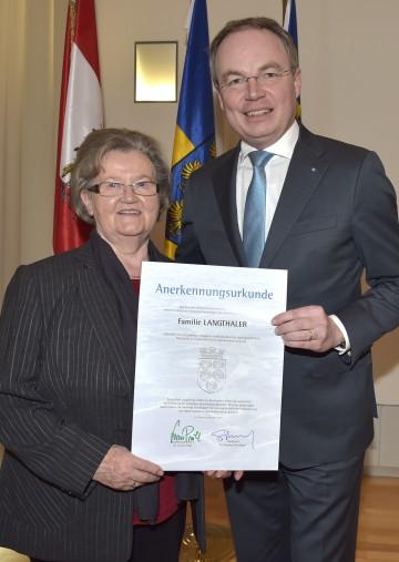 Umwelt-Landesrat Dr. Stephan Pernkopf bedankte sich bei Inge Langthaler aus Frankenfels für ihre langjährige Tätigkeit als Messstellenbeobachterin.