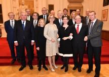 Gruppenfoto der Redner und Ehrengäste des Festaktes in der Aula der Universität Graz.
