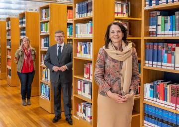 Bibliothekarin Ulrike Holy-Padevit (Stadtbücherei Mediathek Retz), Landesrat Ludwig Schleritzko und Treffpunkt-Bibliothek-Geschäftsführerin Ursula Liebmann (v.l.n.r.) informierten über die neue Bibliotheken Strategie für Niederösterreich.