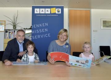 Im Bild von links nach rechts: Geschäftsführer Dr. Christian Milota (NÖ Landesakademie), Landesrätin Mag. Barbara Schwarz, Max und Anika.