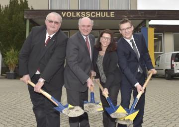 Im Bild von links nach rechts: Bürgermeister Johann Gartner, Landeshauptmann Dr. Erwin Pröll, Schulleiterin Mag. Regina Pfeifer und Christoph Müllner, Obmann des Schulausschusses.