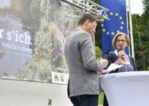 Der neue Ybbstalradweg von Waidhofen bis Lunz am See wurde eröffnet. Die Strecke folgt der alten Eisenbahntrasse. Moderator Martin Sonnleitner im Gespräch mit Landeshauptfrau Johanna Mikl-Leitner (v.l.n.r.)