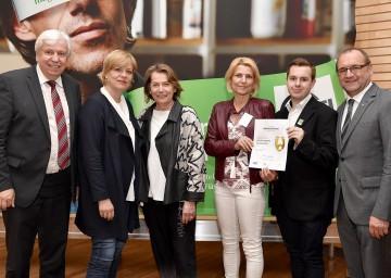 Gratulierten zur Auszeichnung: der Amtsführende Landesschulratspräsident Johann Heuras, Landesrätin Barbara Schwarz, Wirtschaftskammer-Präsidentin Sonja Zwazl mit Vertretern der HAK Hollabrunn (Übungsfirma Wohnstudio GmbH) und WIFI-Kurator Gottfried Wieland (v.l.n.r.)