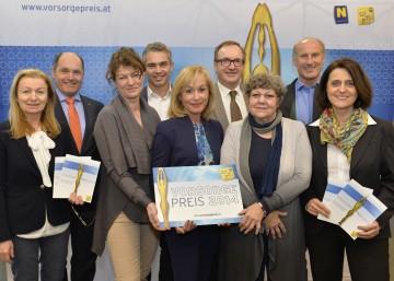 Nominierte für Vorsorgepreis 2014 stehen fest: Dr. Gabriele Freynhofer, LH-Stv. Mag. Wolfgang Sobotka, Mag. Hanni Rützler, Univ.-Prof. Dr. Gerald Gartlehner, Univ. Prof. Dr. Anita Rieder, Dr. Johannes Püspök, Univ. Prof. Dr. Rotraud A. Perner, Dr. Werner Schwarz, Prof. Dr. Andrea Dungl-Zauner (v.l.n.r.).