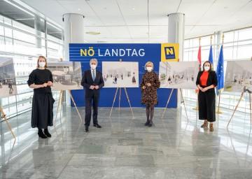 Marieke Kums (l.) und Alexandra Hörtler (r.) präsentierten Landtagspräsident Karl Wilfing und Landeshauptfrau Johanna Mikl-Leitner die Entwürfe für das Forum Landtag.