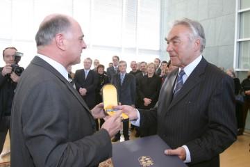 Landeshauptmann Dr. Erwin Pröll überreichte heute in St. Pölten dem ehemaligen Generaldirektor der Austria Tabakwerke AG und ÖFB-Präsident Beppo Mauhart das Silberne Komturkreuz des Landes Niederösterreich.
